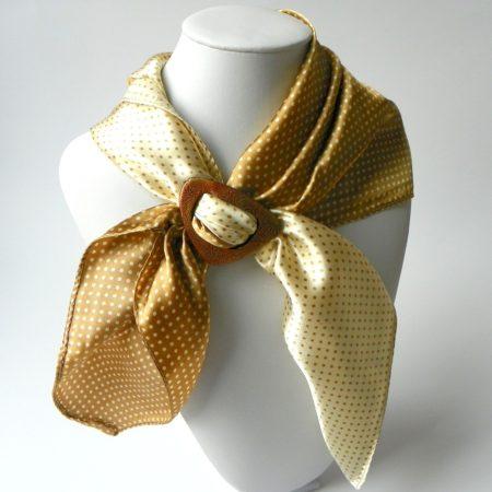 Šátek se sponou do béžova