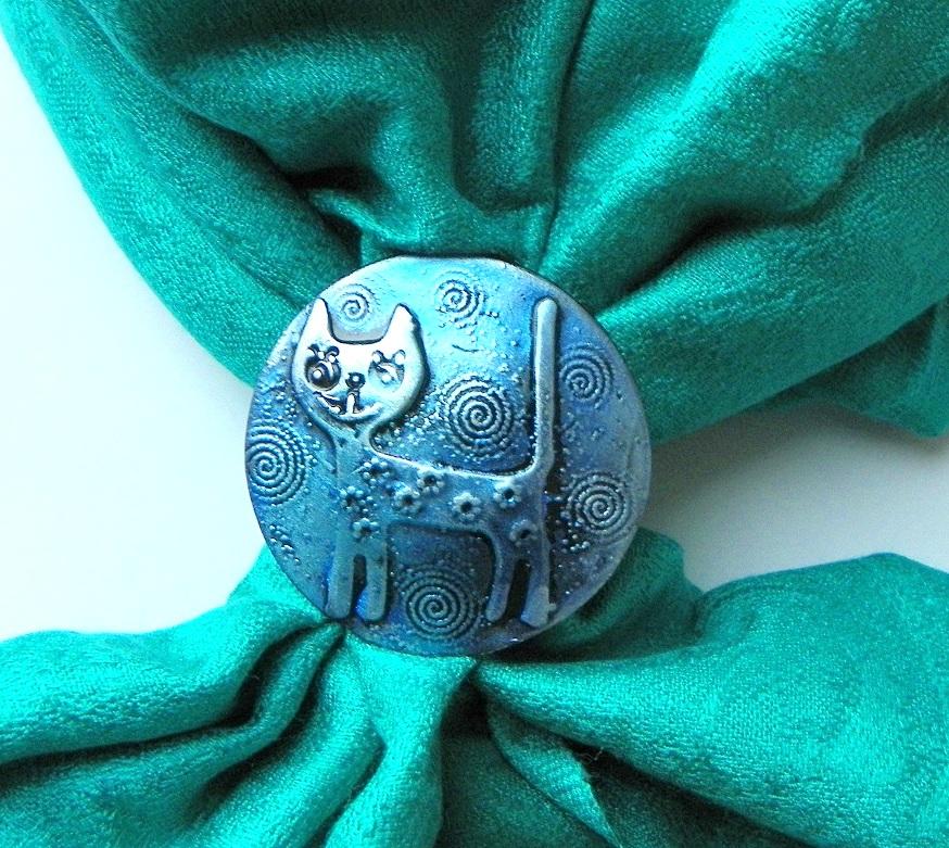 Zelenotyrkysová šála se sponou – kočka  8799767c58