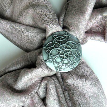 Růžová šála se sponou - mandala