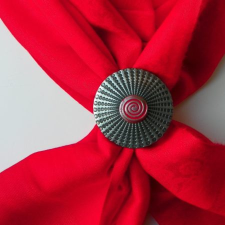 Červená šála se sponou spirála