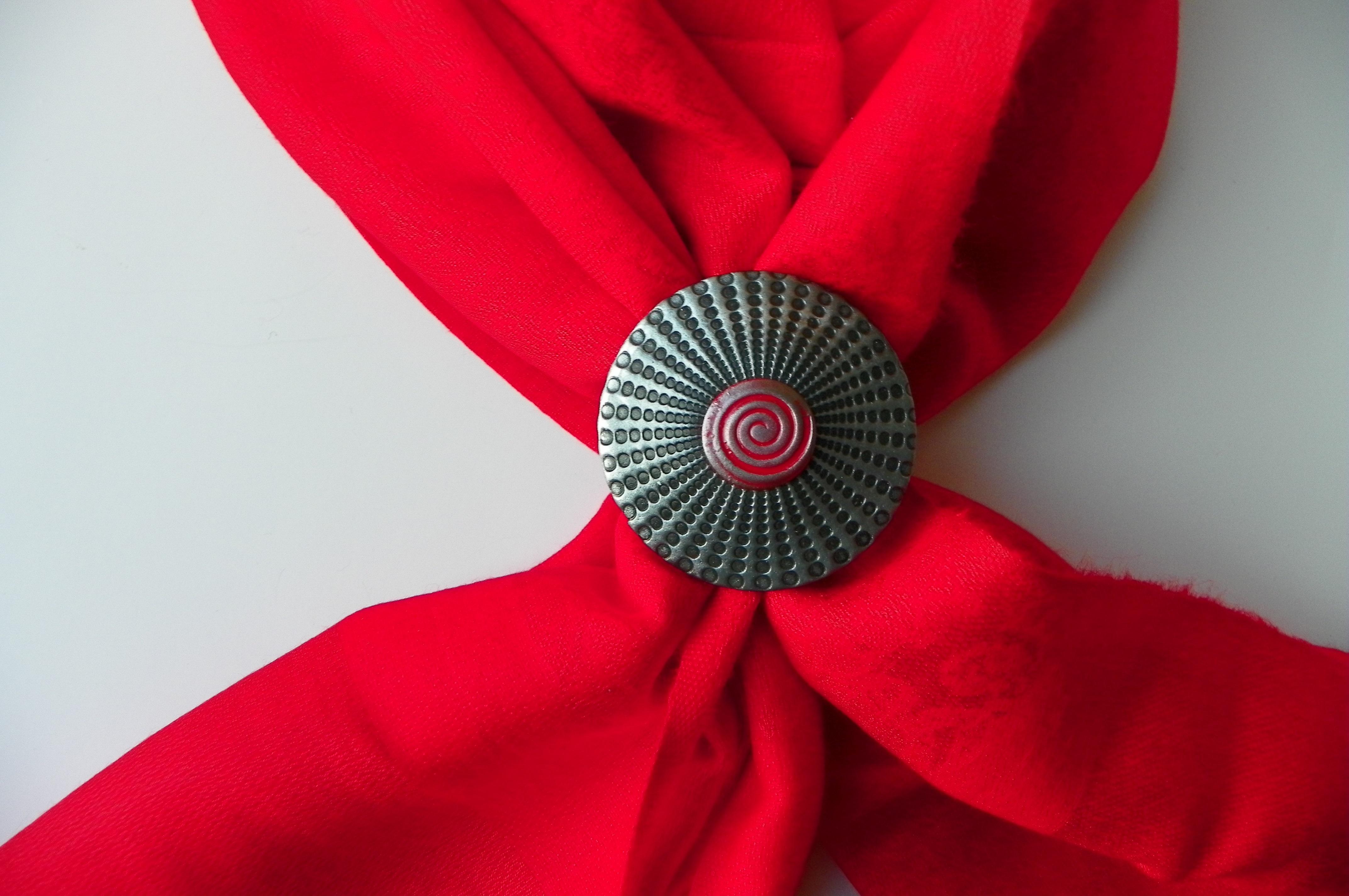 Červená šála se sponou spirála  d7718a217b