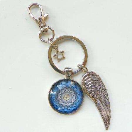 Přívěsek na klíče - modrá mandala a křídlo