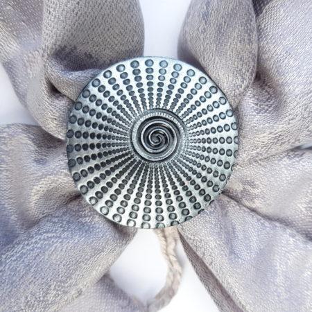 Šedostříbrná šála se sponou