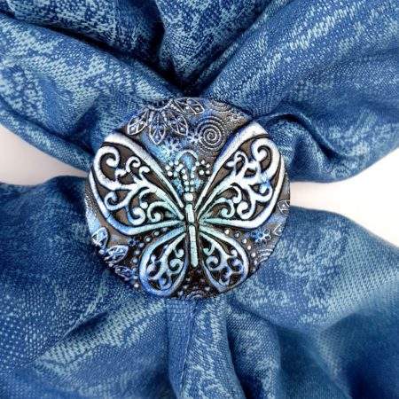 Blankytná šála se sponou s motýlem