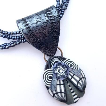 Černobílý  náhrdelník s broukem